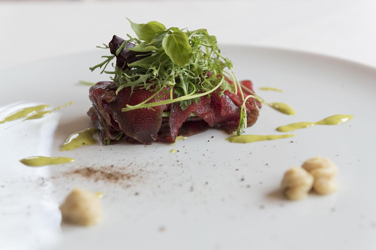 Carpaccio di cervo, aglio orsino e limone-foodlifestyle