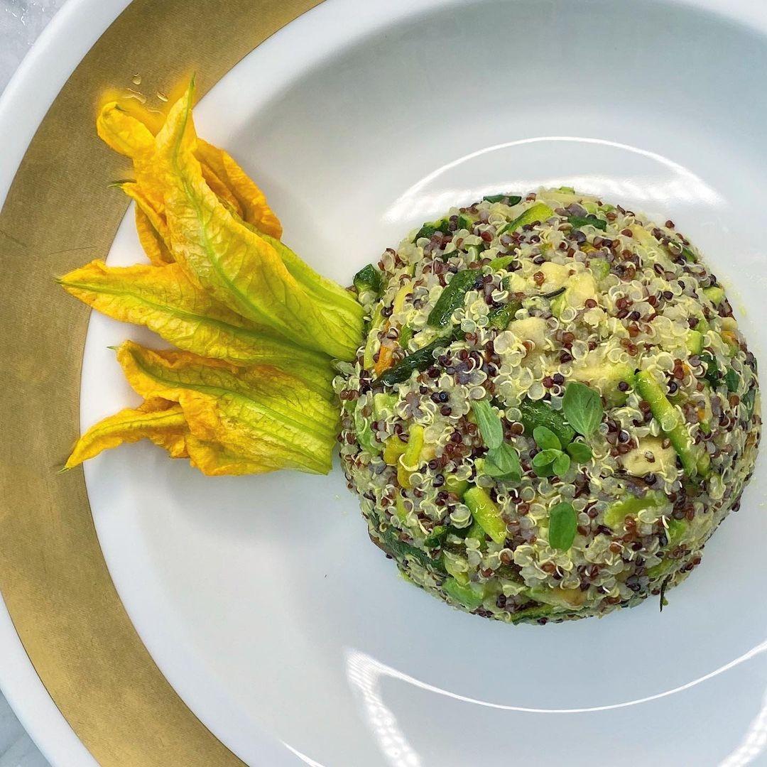 Quinoa tricolore con zucchine chiare e fiori di zucchina , sedano maggiorana curcuma-foodlifestyle-3